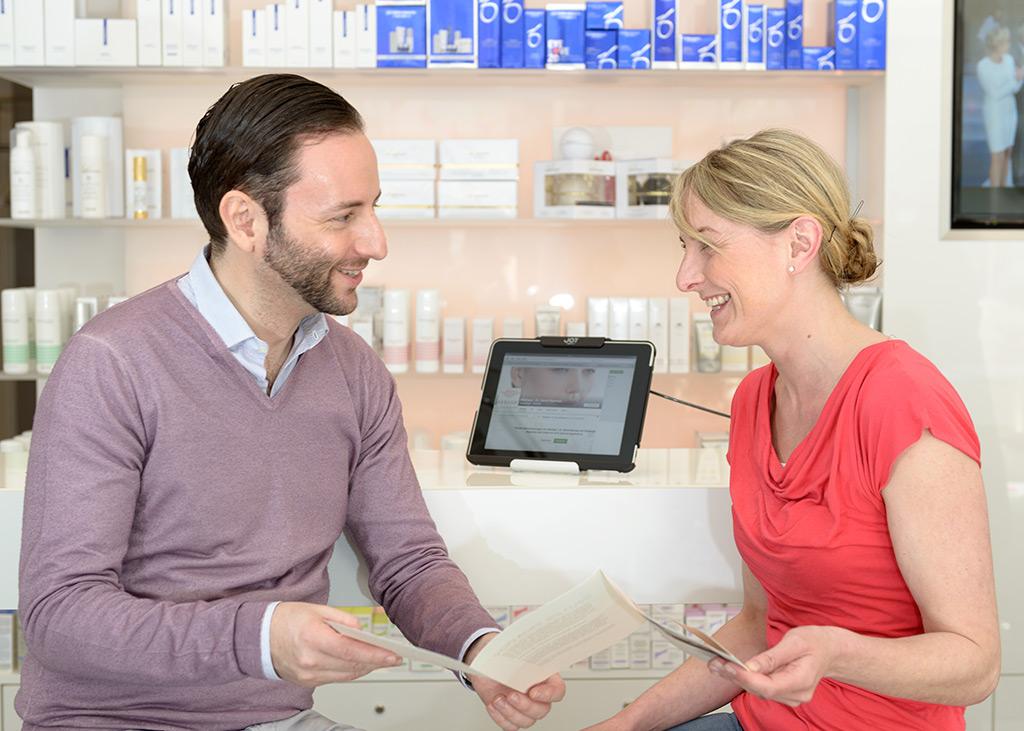 Ausführliche und individuelle Beratung auch bei Hautproblemen, durch den Facharzt für Dermatologie und Ästhetik Dr. David Bacman