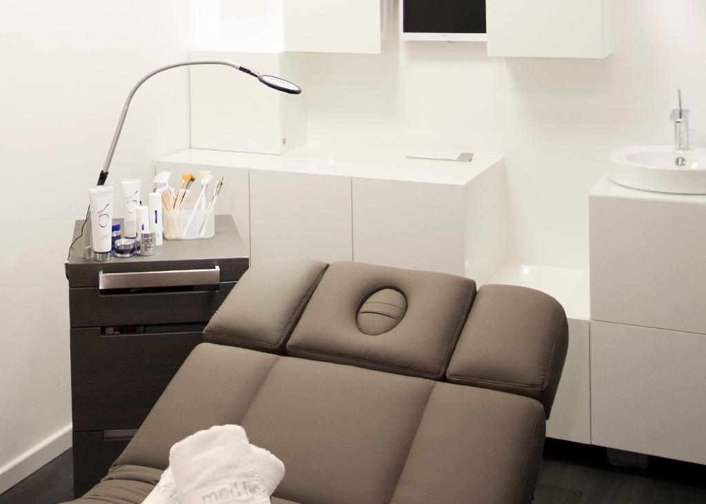 Schlichter, eleganter Behandlungsraum im MEDISPA, der Beautyklinik in NRW, Köln