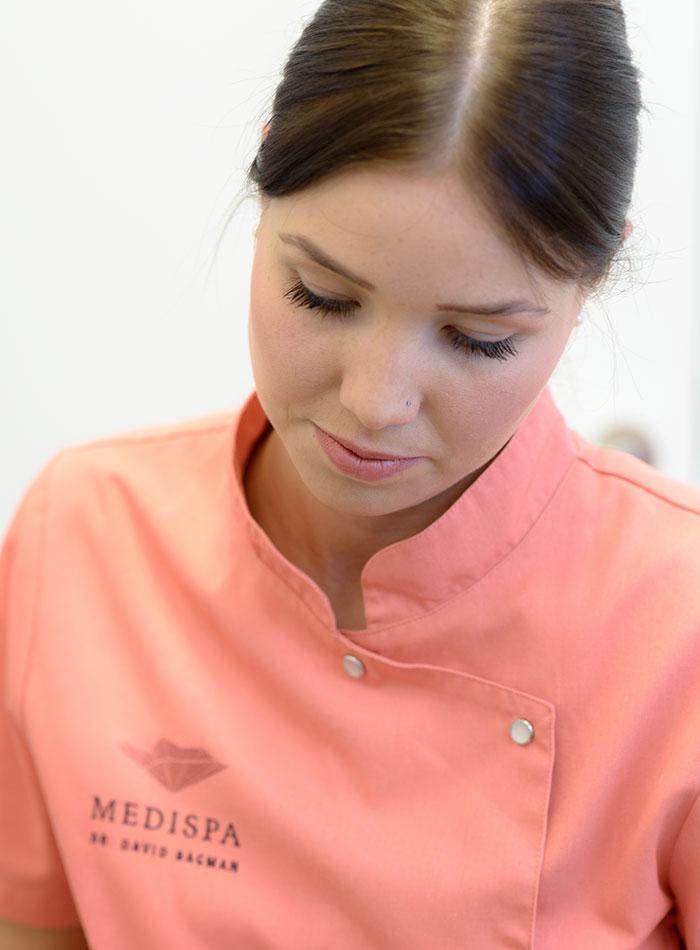 eine MEDISPA Fachkosmetikerin bei der Medizinischen Fußpfelge