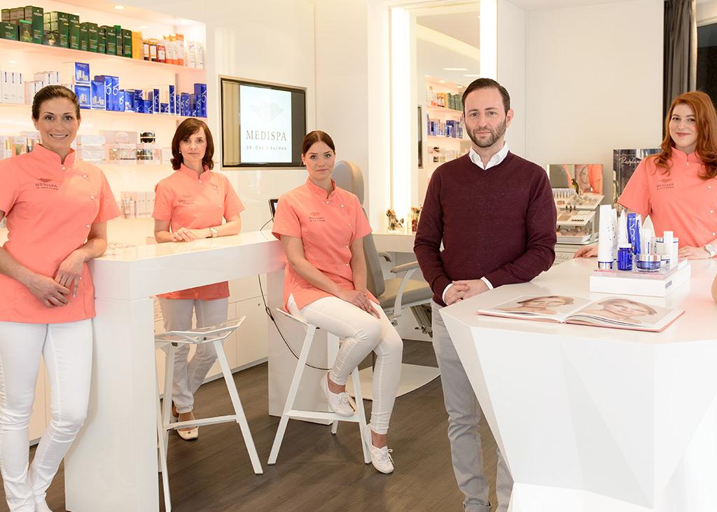 Hochqualifizierte Fachkosmetikerinen bilden das Team rund um den Dermatologen Dr. David Bacman
